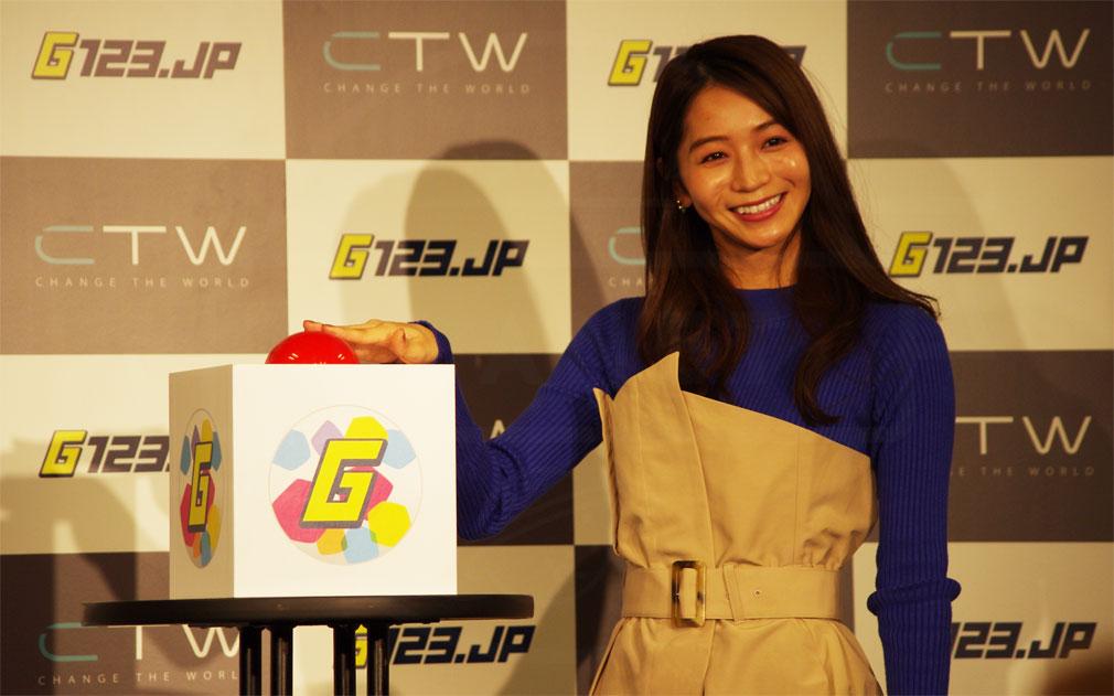 G123.jp 『Gボタン』を押している傳谷 英里香(でんや えりか)さんの取材写真